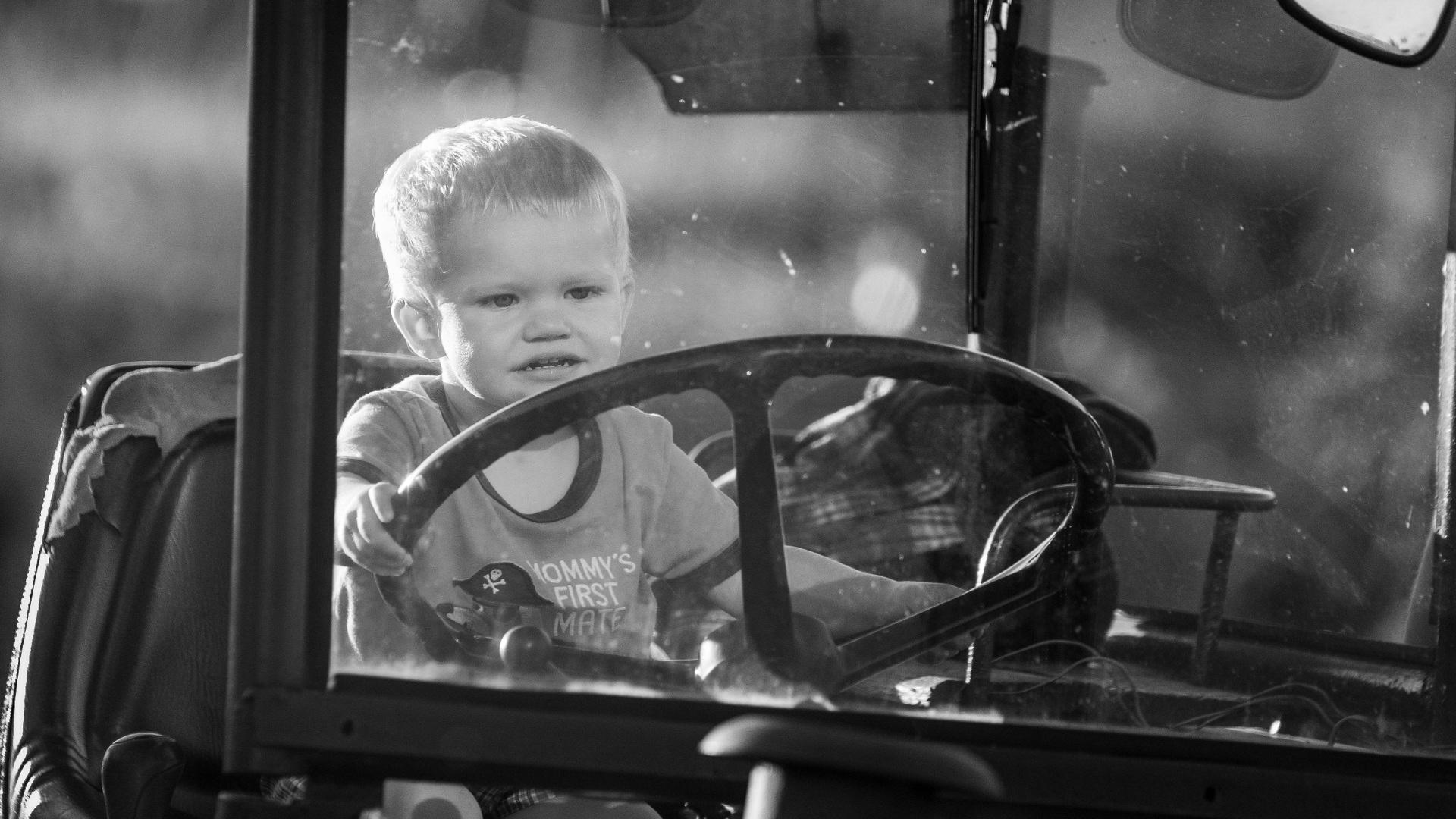 No nos cansamos de advertir sobre lo importe de seguir las medidas de seguridad para evitar los accidentes con el tractor1920