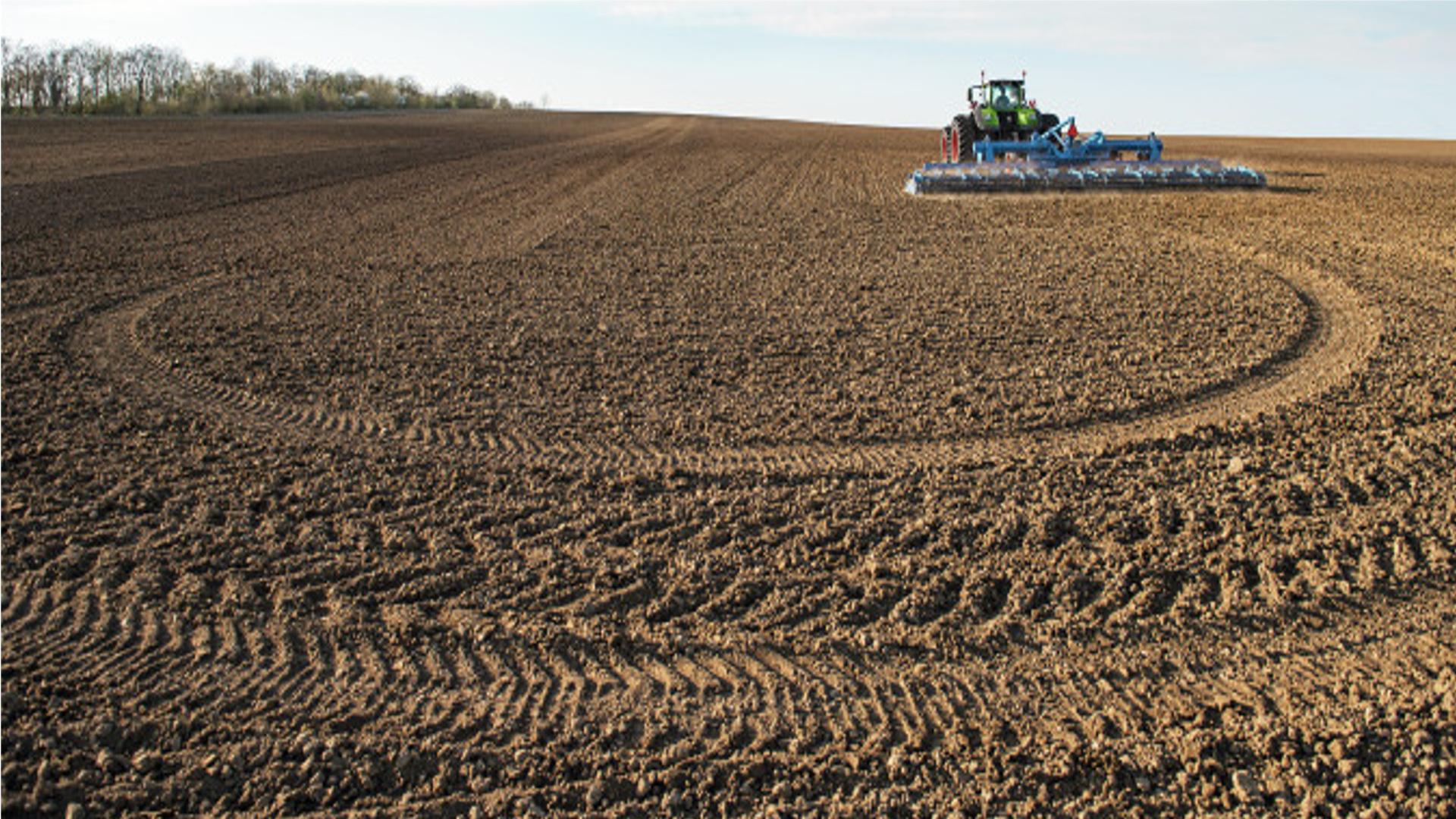 El campo esta lleno de tractores de mas de 35 años.1920